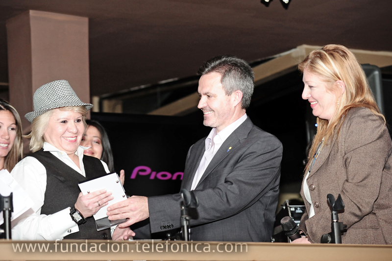Juan Antonio Abellán, Presidente de Telefónica Venezuela, y Giovanna Bruni, Gerente General de Fundación Telefónica, entregando reconocimiento al voluntario motivador.