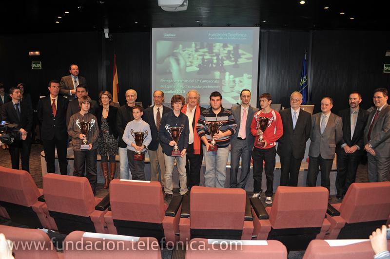 Todos los premiados junto al campeón mundial Veselin Topalov (sexto por la derecha) y el resto de participantes en la entrega de premios.