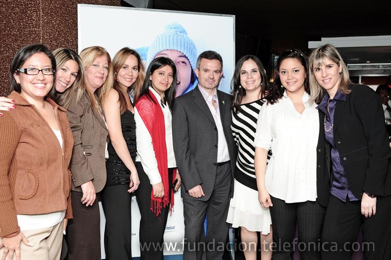 Juan Antonio Abellán, Presidente de Telefónica Venezuela, y Giovanna Bruni, Gerente General de Fundación Telefónica, junto a todo el equipo de la fundación.
