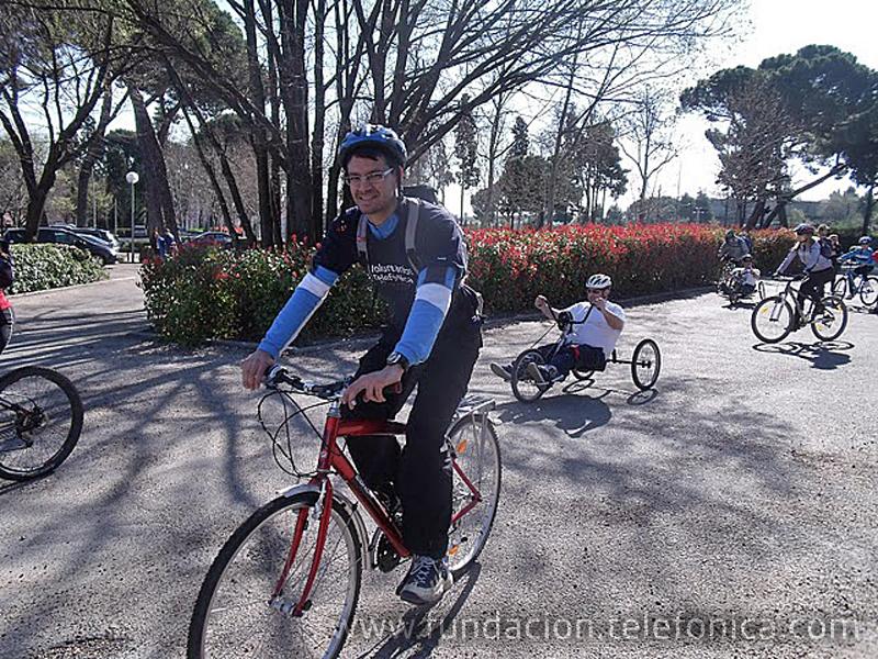 Voluntarios de Telefónica recorren Madrid en bici junto a jóvenes con discapacidad de la Fundación Deporte y Desafío.