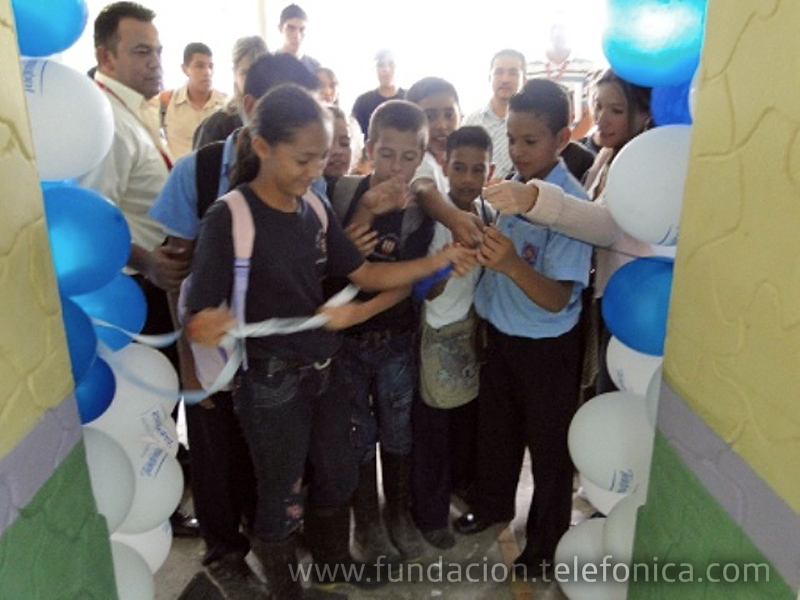 Corte de cinta por los niñ@s de la Unidad Educativa Rubén Darío Mora de Naranjales.