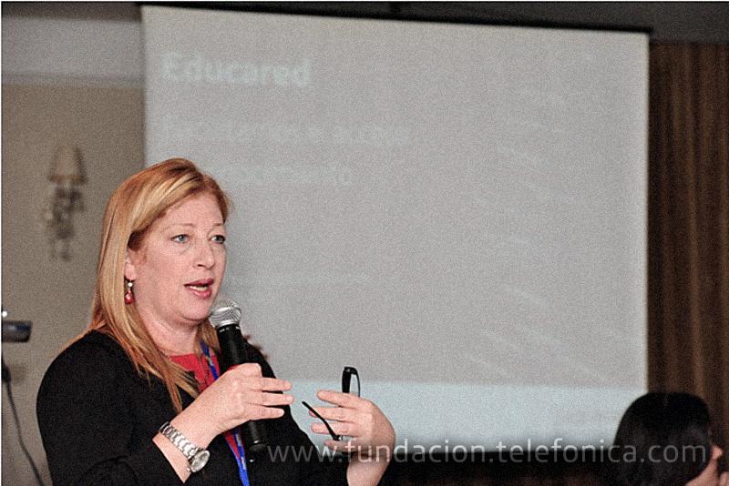 Giovanna Bruni, Gerente General de Fundación Telefónica, dio las palabras de bienvenida a los docentes de las escuelas con Aulas Fundación Telefónica  participantes en el encuentro.