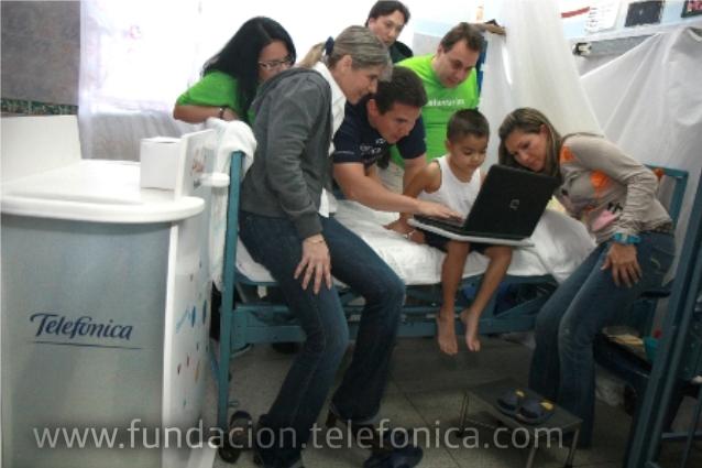 Niño del Hospital Central de San Cristóbal interactuando con laptop del Aula Móvil Fundación Telefónica.