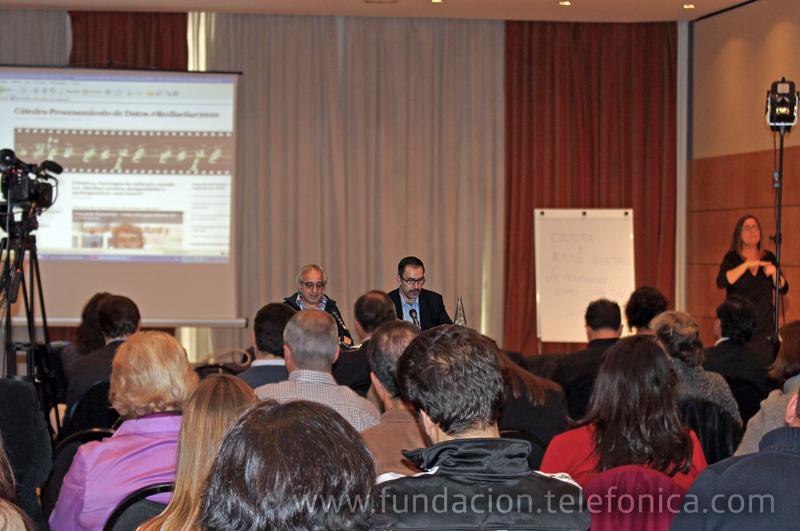 Alejandro Piscitelli junto al moderador de la conferencia José de la Peña, Director del Área de Educación y Conocimiento en Red de Fundación Telefónica.