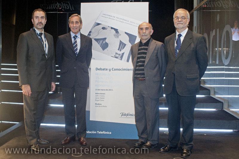 De izquierda a derecha: José de la Peña Aznar, Director de Conocimiento en Red de Fundación Telefónica; Julio Linares, Consejero Delegado de Telefónica; Ángel Calvo, autor del libro; Javier Nadal, vicepresidente ejecutivo de Fundación Telefónica.