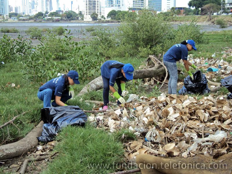 Los Voluntarios Telefónica de Panamá se unen para la limpieza de sus playas.