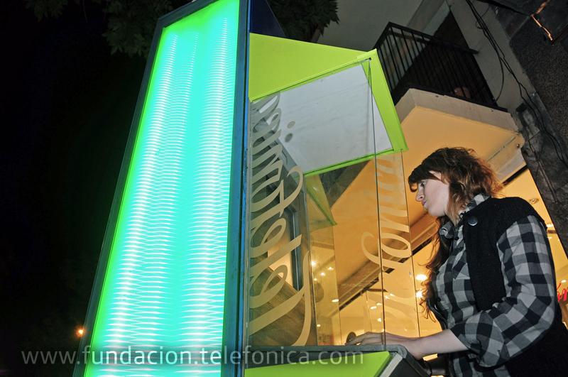 Fundación Telefónica participó de La Noche en Vela con la intervención lumínica de un teléfono público.