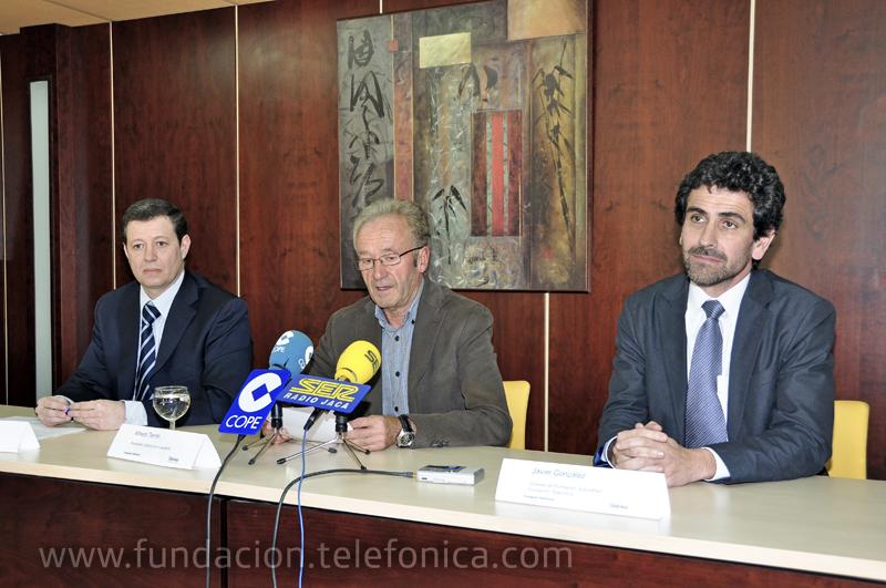 De izquierda a derecha, Federico Tartón, Director de Telefónica en Aragón; Alfredo Terrén, Presidente de la Comarca de la Jacetania; Javier González Casado, Gerente de Entornos Formativos de Fundación Telefónica.