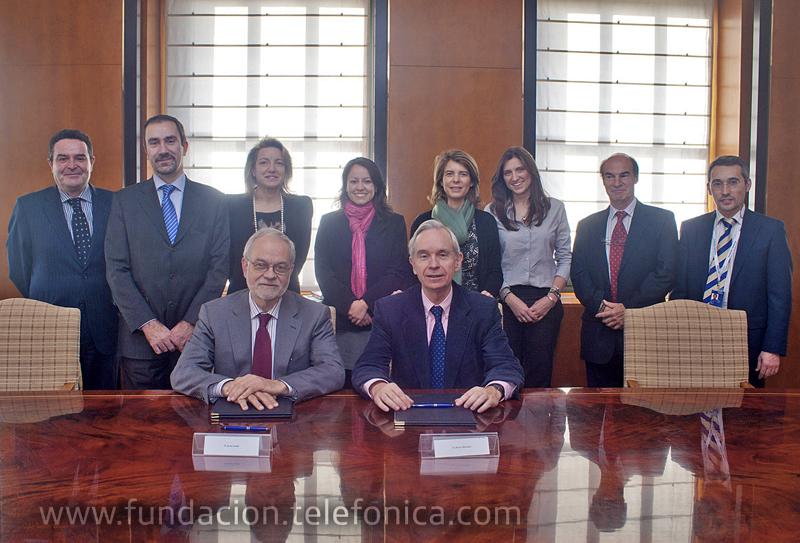 Javier Nadal, Vicepresidente Ejecutivo de Fundación Telefónica y Álvaro Marchesi, Secretario General de la Organización de Estados Iberoamericanos para la Educación , la Ciencia y la Cultura (OEI), junto a sus equipos en el acto de la firma del convenio.