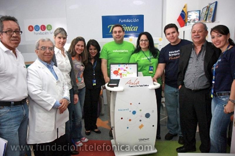Equipo de Fundación Telefónica y Voluntarios Telefónica junto al Doctor Marco Labrador, Director de Investigación y Docencia del Hospital Central de San Cristóbal y Nerio Ortuño, representante de la Fundación Opportúnitas, inaugurando Aula Móvil FT.