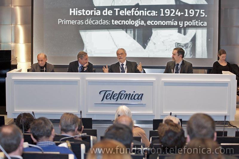 De izquierda a derecha: Ángel Calvo, autor del libro; Julio Linares, Consejero Delegado de Telefónica; Javier Nadal, vicepresidente ejecutivo de Fundación Telefónica; José de la Peña Aznar, Director de Conocimiento en Red de Fundación Telefónica.