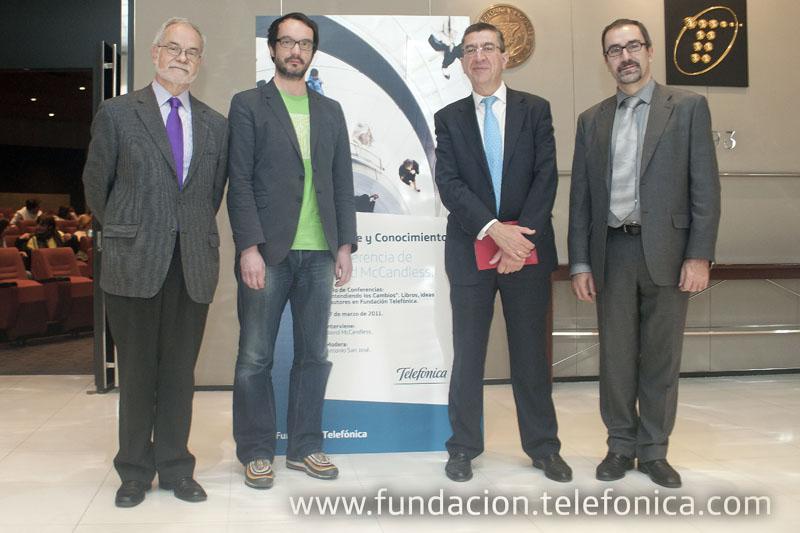 De izquierda a derecha, Javier Nadal, Vicepresidente Ejecutivo de Fundación Telefónica; David McCandless; Antonio San José, periodista y moderador del evento; José de la Peña, Director de Educación y Conocimiento en Red de Fundación telefónica.