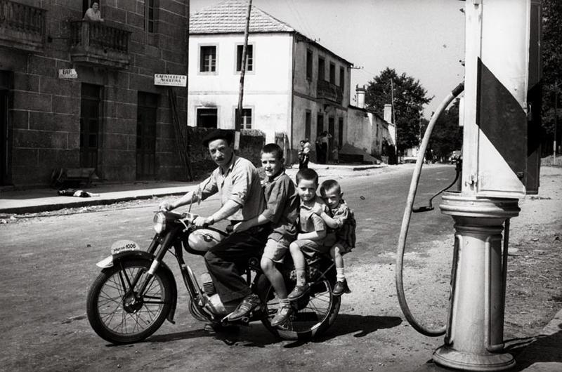 Virxilio Vieitez. Fermín con sus hijos. ca. 1955. Fotografía en b/n. Cortesía del autor.