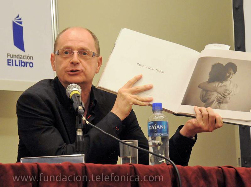 El coordinador del libro, Fernando Marías, enseñando una de las fotografías del libro.