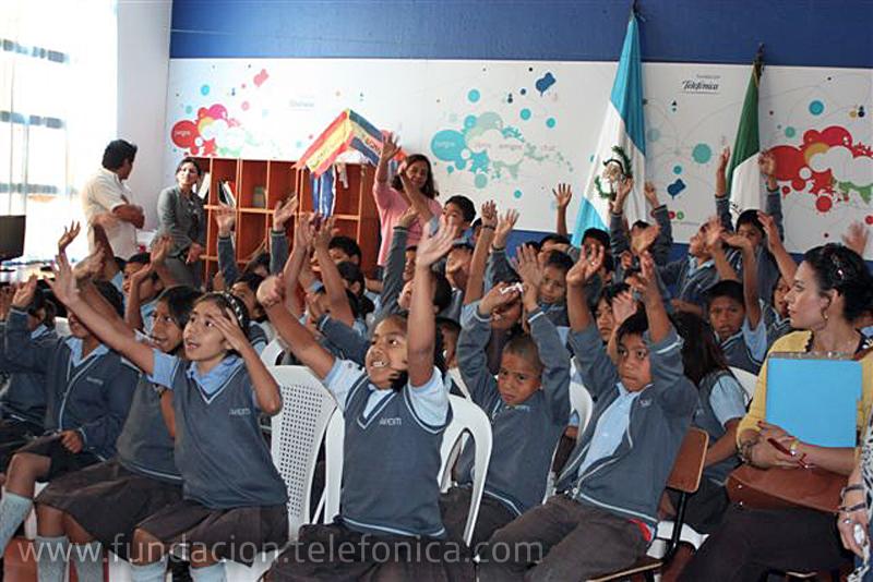 Los niños saludan con emoción a sus amigos de Argentina y España.