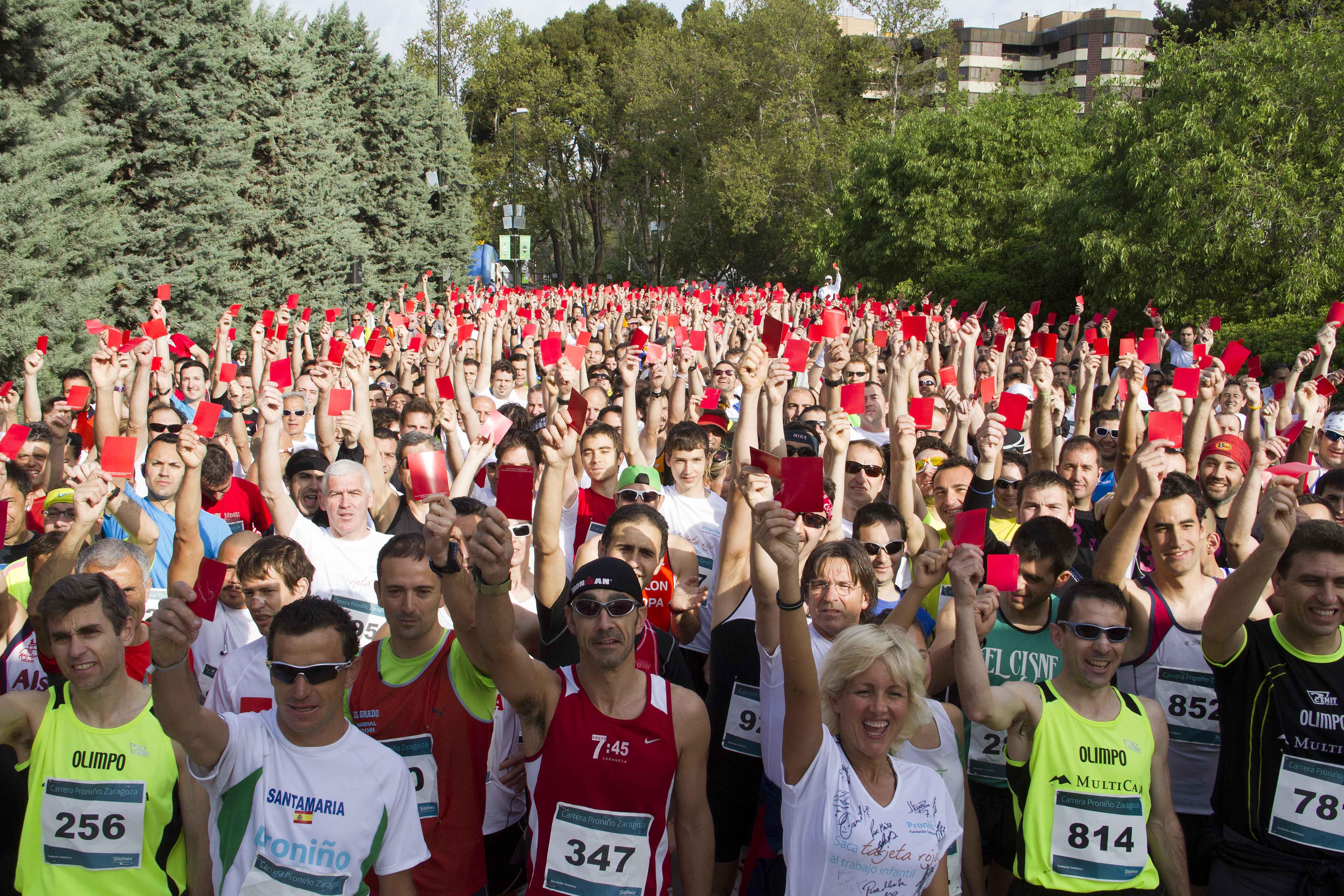 Más de 2.000 personas participan en la I Carrera Proniño en Zaragoza y sacan tarjeta roja al trabajo infantil.