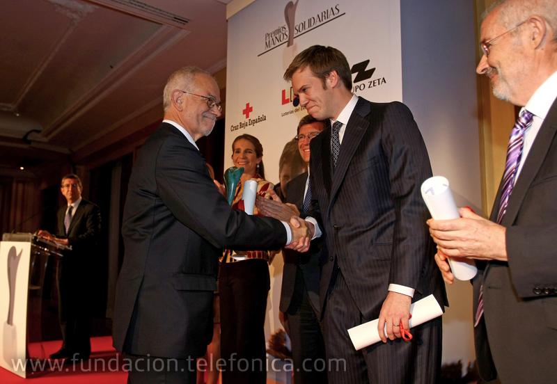 Javier Nadal, Vicepresidente Ejecutivo de Fundación telefónica, recogió el premio concedido a Proniño de manos de Antonio Asensio Mosbah, Presidente del Grupo Zeta.