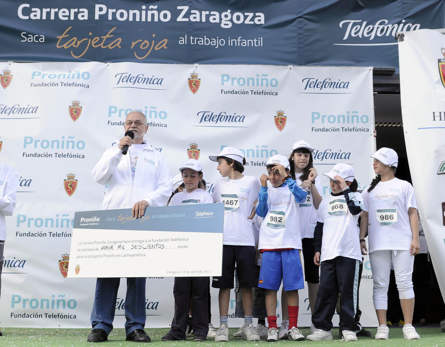 Javier Nadal Vicepresidente Ejecutivo de Fundación Telefónica recibió el cheque con la recaudación de la carrera que se destina íntegramente a Proniño.