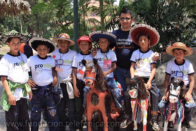 La visita al Zoológico La Aurora es una iniciativa del programa Voluntarios Telefónica en Guatemala, quienes invitan a 100 niños y niñas becados proniño de la Escuela Las Joyas del Municipio de Palencia a realizar un recorrido en estas instalaciones