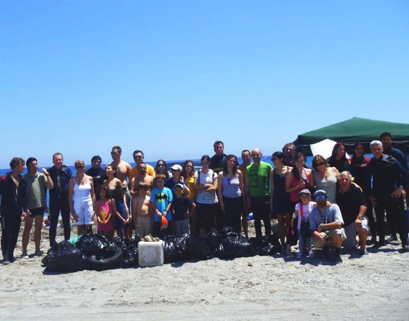 Un grupo de 22  Voluntarios Telefónica colaboró junto a unos 15 voluntarios de la Asociación Almería Azul en la limpieza de los fondos de El Monumento Natural Arrecife Barrera de Posidonia, en la Playa de los Bajos, en Aguadulce (Almería).