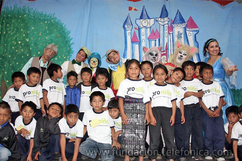 Los niños con el elenco del teatro.