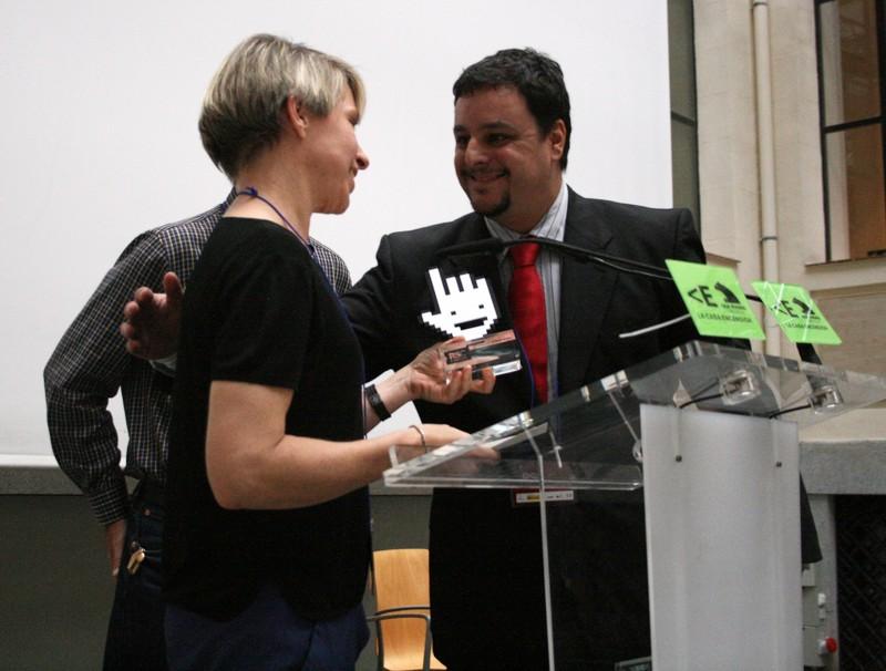 Geert Paemen, responsable de Voluntarios Telefónica, fue la encargada de recoger el premio concedido a Escuelas Amigas