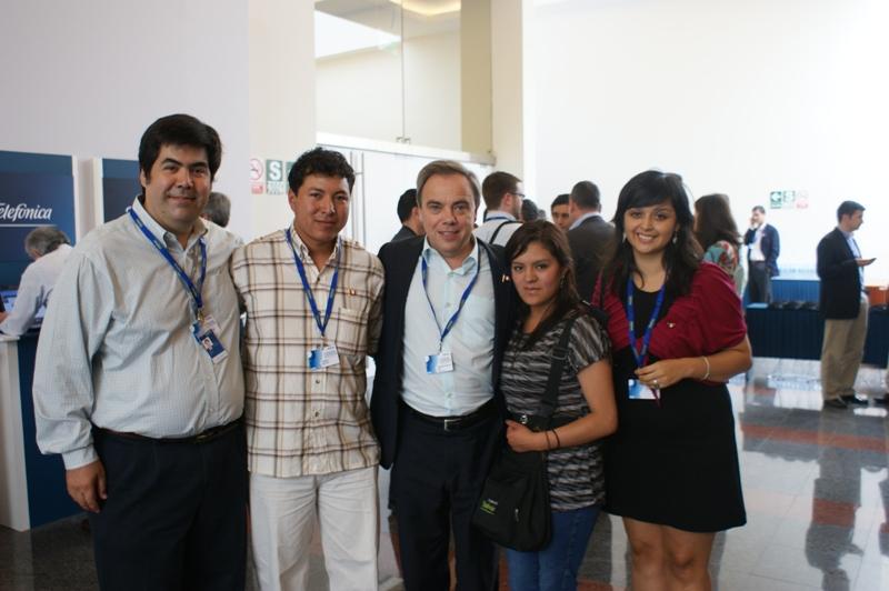 Brigitte Yulia Chaíña junto a Javier Manzanares, Presidente de Telefónica Perú.