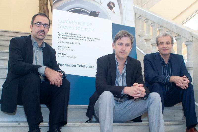 Steven Johnson (centro) junto a José María Calleja (derecha), moderador del encuentro y José de la Peña, Director de Conocimiento en Red de Fundación Telefónica.