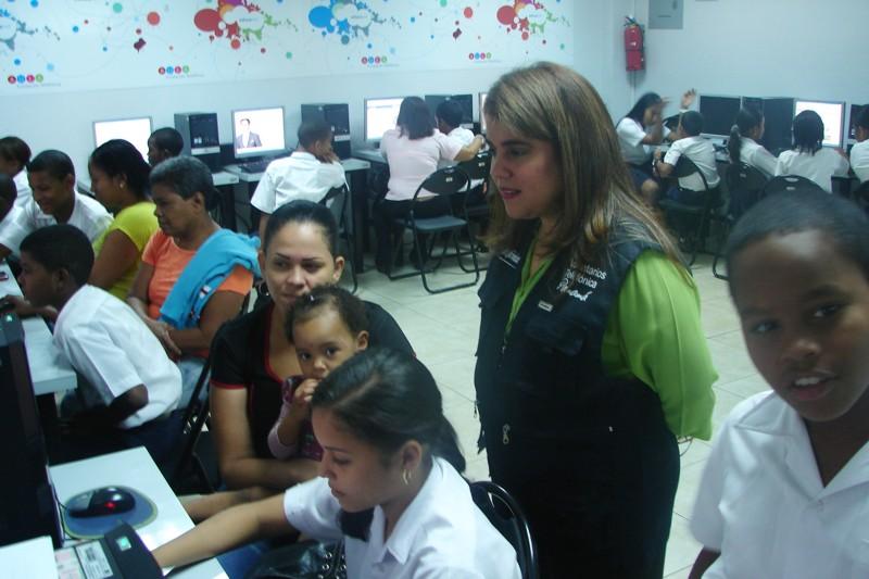 Un grupo de Voluntarios Telefónica reunió a unos 25 niños del programa Proniño y padres de familia en la Escuela Manuel Amador Guerrero para celebrar el Día del Internet.