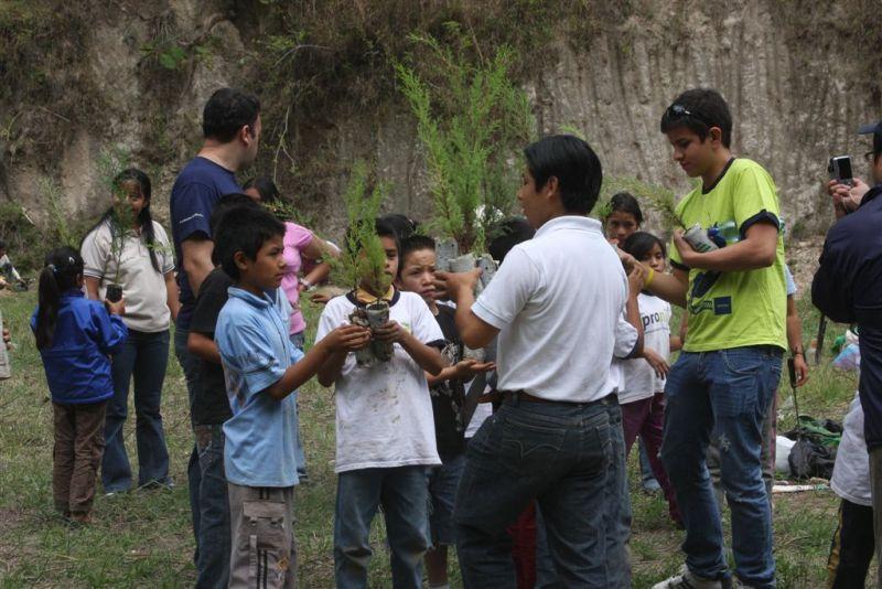 """La siembra de los árboles  es una iniciativa organizada por el programa Voluntarios Telefónica, quienes invitan a 195 niños y niñas becados proniño de la Escuela Monte de los Olivos del departamento de Guatemala a ser parte de """"Voluntarios por Naturaleza"""", una iniciativa a favor del Medio ambiente."""