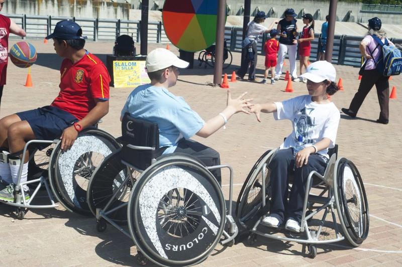 Más de trescientas personas se dieron cita en la Fiesta de la Primavera de la Fundación También, en una mañana única en la que el Parque Juan Carlos I se llenó de deporte adaptado.