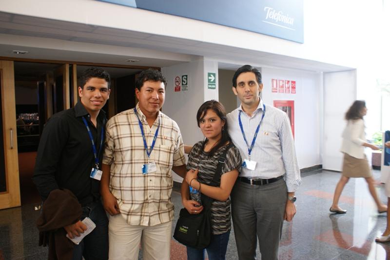 Brigitte Yulia Chaíña en la foto junto a José María Álvarez Pallete, Presidente de Telefónica Latinoamérica.