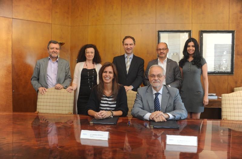 María Franco, Directora de la Fundación Lo que de verdad importa y Javier Nadal, Vicepresidente Ejecutivo de Fundación Telefónica, junto al equipo del programa Jóvenes de Fundación Telefónica durante el acto de la firma del convenio entre ambas entidades