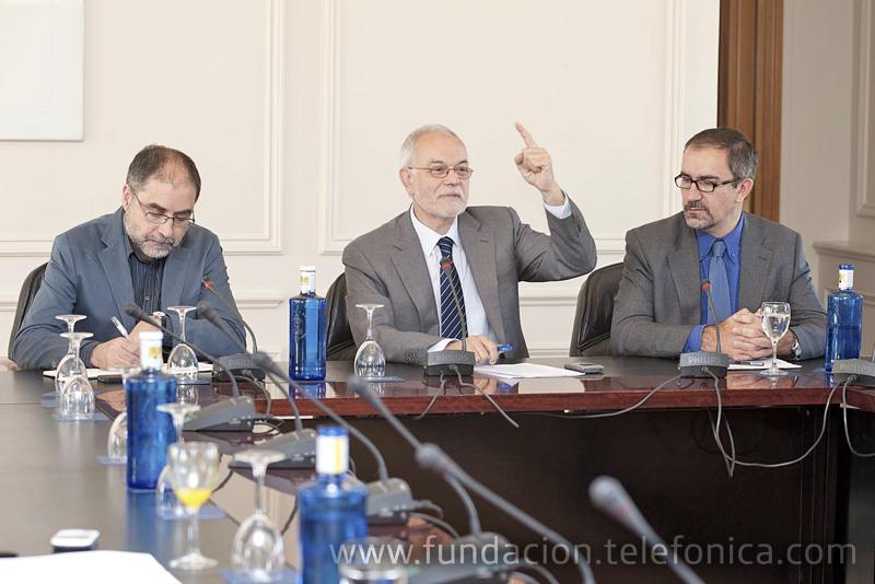 De izquierda a derecha: el codirector del Movimiwento E3, Alfons Cornelia; el vicepresidente ejecutivo de Fundación Telefónica, Javier Nadal y el director de Conocimiento en Red de Fundación Telefónica, José de la Peña.