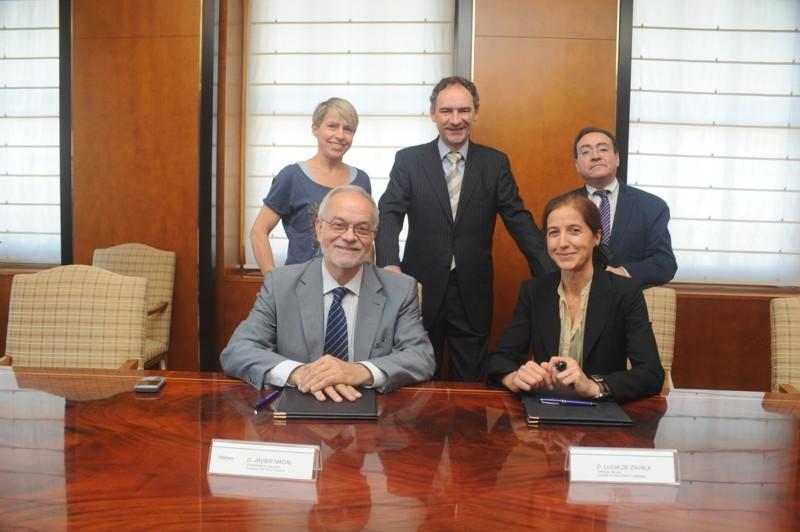 Los firmantes del convenio junto a algunos de los miembros del equipo de Voluntarios Telefónica.