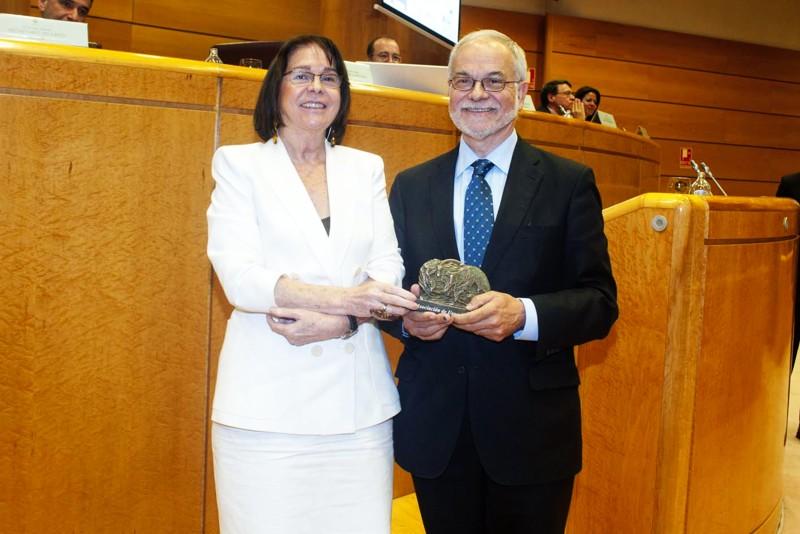 Rosa Conde, Directora de la Fundación Carolina, entregó a Javier Nadal, Vicepresidente Ejecutivo de Fundación Telefónica, el premio concedido a Retadis.
