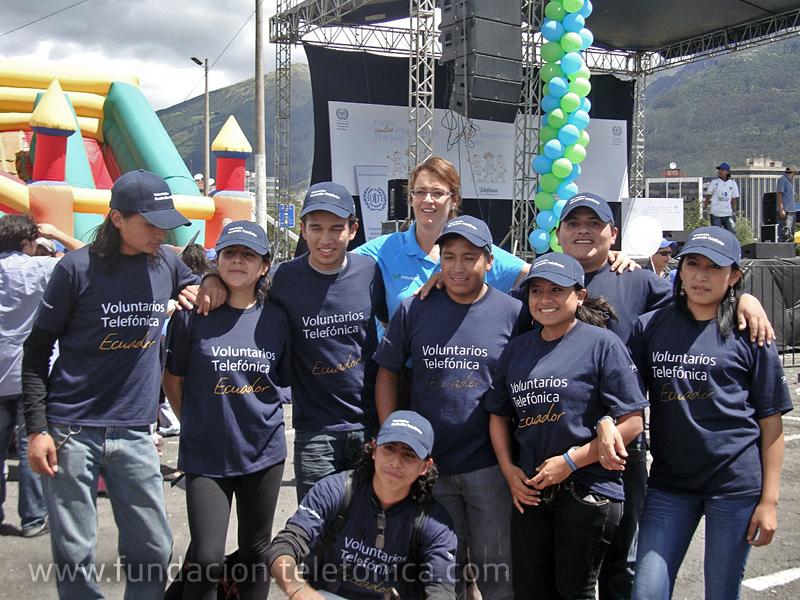 Los participantes del programa de Jóvenes de Fundación Telefónica también formaron parte de esta gran actividad de concentración contra el trabajo infantil. (Jóvenes del programa de Quito junto con Dagmar Thiel, Vicepresidenta de Fundación Telefónica Ecuador).