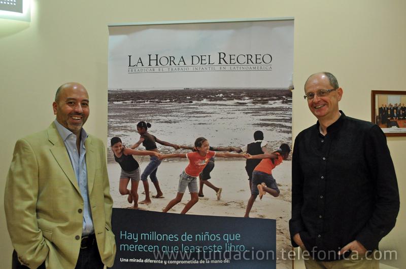 El Director de Coordinación Territorial de Fundación Telefónica, Joan Cruz (izquierda) junto al escritor y coordinador del libro, Fernando Marías