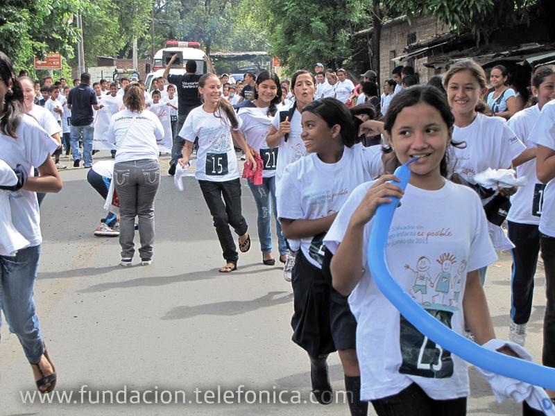 Un grupod e niñas beneficiarias de Proniño al inicio de la carrera.