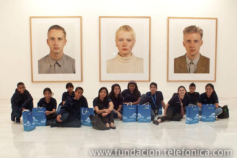 """Los niños han realizado un taller artístico en torno a la exposición """"1000 caras/ 0 caras/ 1 rostro"""", organizada por el área de arte y tecnología de Fundación Telefónica."""