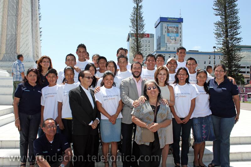 Autoridades, representantes de Proniño y jóvenes del programa al final del evento del 12 de junio2011.