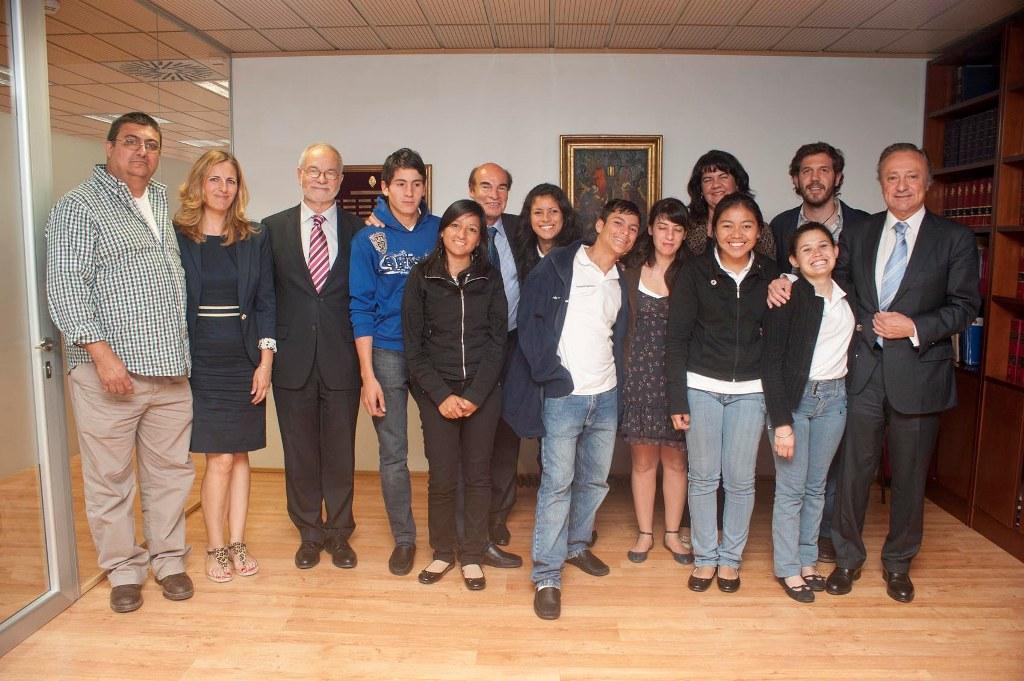 """El embajador de Argentina, Carlos Bettini, recibió a  """"Los Girasoles"""" en la embajada de su país."""