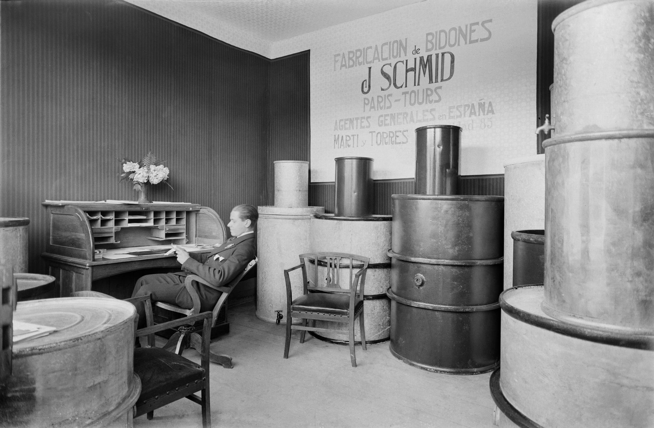 Stand de la fábrica de bidones J.Schmid en la III Feria Oficial de Muestras de Barcelona, 1922 © Fondo BRANGULÍ, ANC