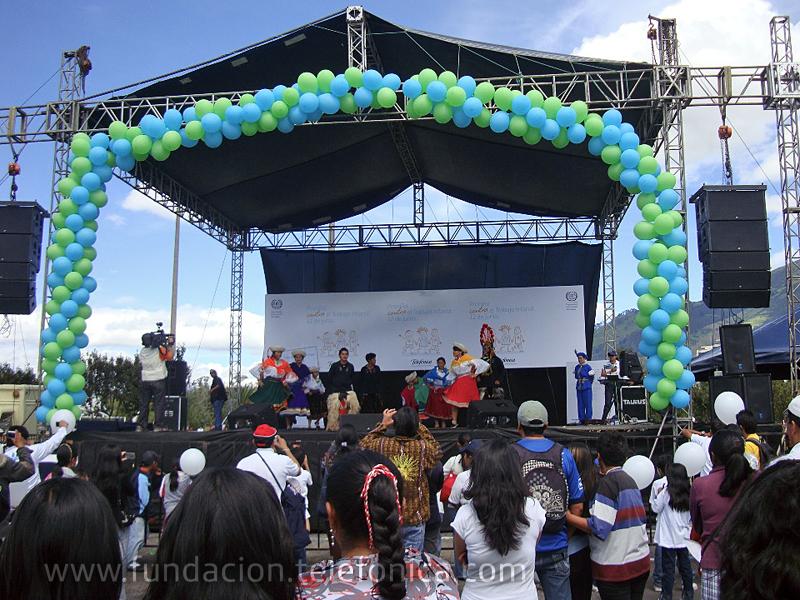 Foto general del evento con presentación artística de bailes típicos.