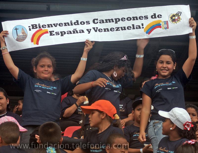 Niños de escuelas Proniño de la Fundación Telefónica auparon a ambas selecciones con pancartas y aplausos.