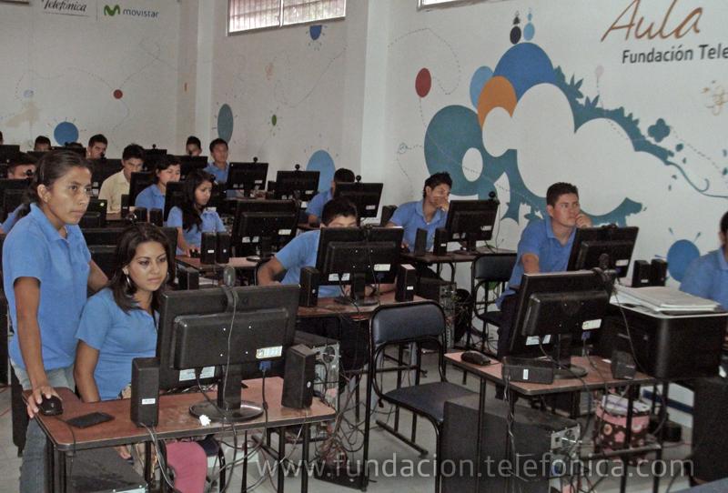Grupo de estudiantes que asisten al Aula Fundación Telefónica ubicada en el colegio Juan Jiménez de Lago Agrio (Sucumbíos).