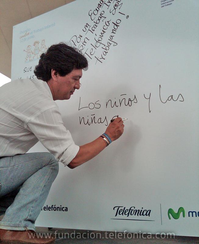 El Representante para Ecuador de la OIT – IPEC. Bladimir Chicaiza firmando su compromiso contra el trabajo infantil.