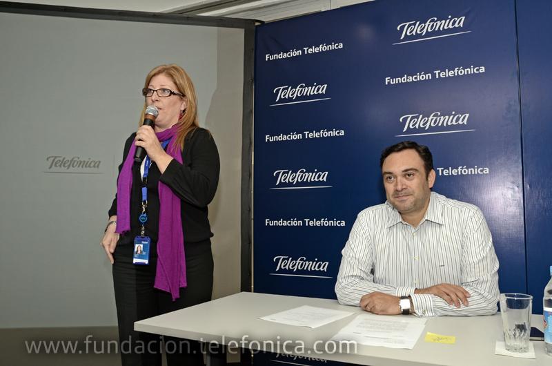 Giovanna Bruni, Gerente General de la Fundación Telefónica da la bienvenida a los casi 100 jóvenes que se dieron cita en la sede de Telefónica en Caracas, a su lado, Douglas Ochoa, VP de Comunicaciones Corporativas y Fundación Telefónica.