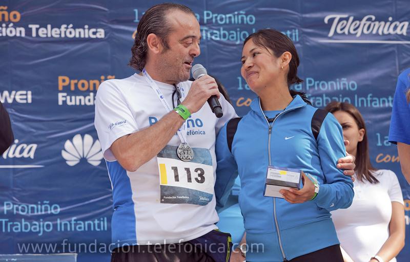 El Director Ejecutivo de Fundación Telefónica México, Dr. José Antonio Fernández Valbuena haciendo entrega del premio en la categoría femenina.
