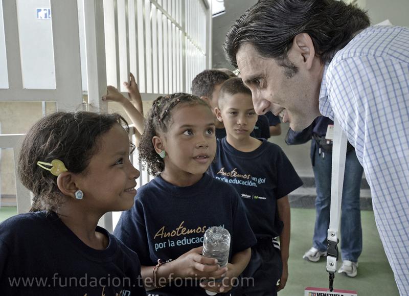 Jose María Alvarez Pallete, presidente de Telefónica Latinoamérica saluda a los niños de la Fundación Telefónica minutos antes de entrar al campo con los jugadores.